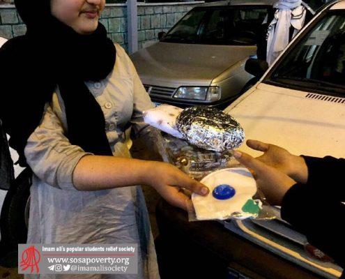 پخش پک یلدا در میان کودکان کار در خیابانهای تهران، توسط کودکان خانه ایرانی خاکسفید