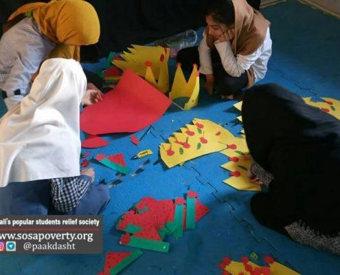 کودکان خانه ایرانی پاکدشت در حال آماده کردن تاج جشن یلدا