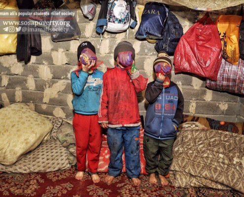 حضور اعضای خانه ایرانی ملکآباد کرج در گاراژ ضایعاتی در کنار کودکان زبالهگرد؛