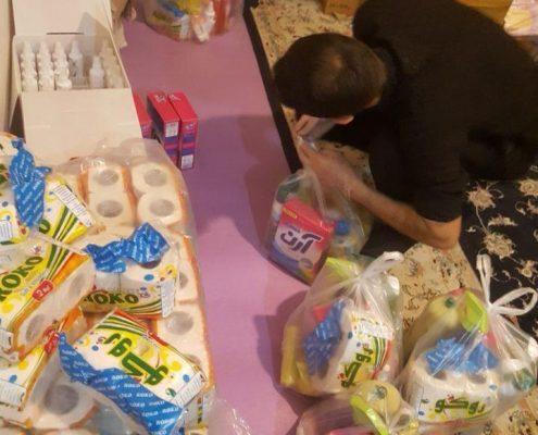 تصاویری از مراحل مختلف بستهبندی و توزیع اقلام بهداشتی و غذایی برای پیشگیری از ابتلا به بیماری کرونا در میان خانوادههای تحت حمایت جمعیت امام علی در بومهن