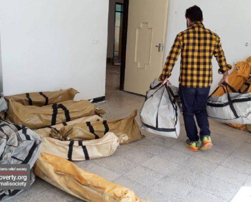 مرحله اول توزیع اقلام بهداشتی، غذایی و گرمایشی تامین شده توسط جمعیت امام علی(ع) میان مردمان آسیب دیده از زلزله در سی سخت